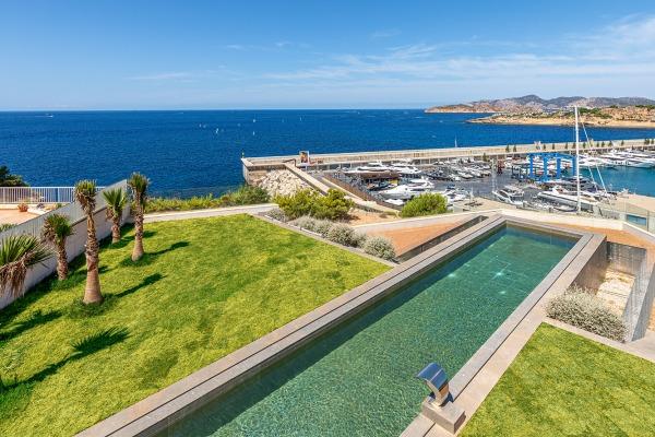 Neubau Villa direkt an der Marina von Port Adriano in erster Meereslinie