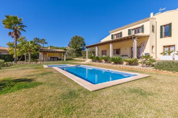Stattliche Villa im mediterranen Stil in Santa Ponsa nahe Port Adriano