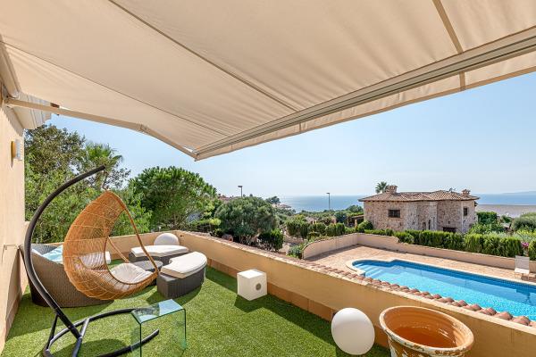 Großzügige Villa mit Meerblick, Poolhaus und Ferienvermietungslizenz