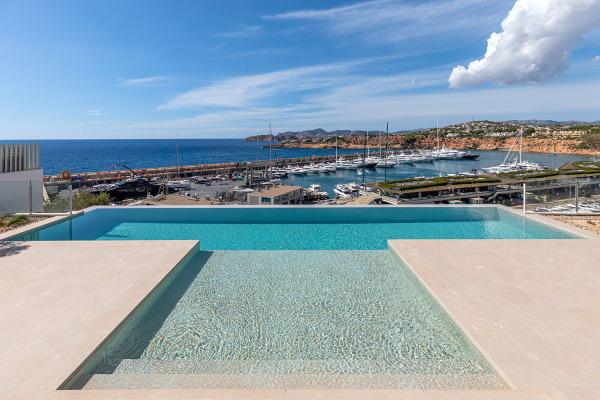 Exklusive Neubau Luxusvilla oberhalb Port Adriano